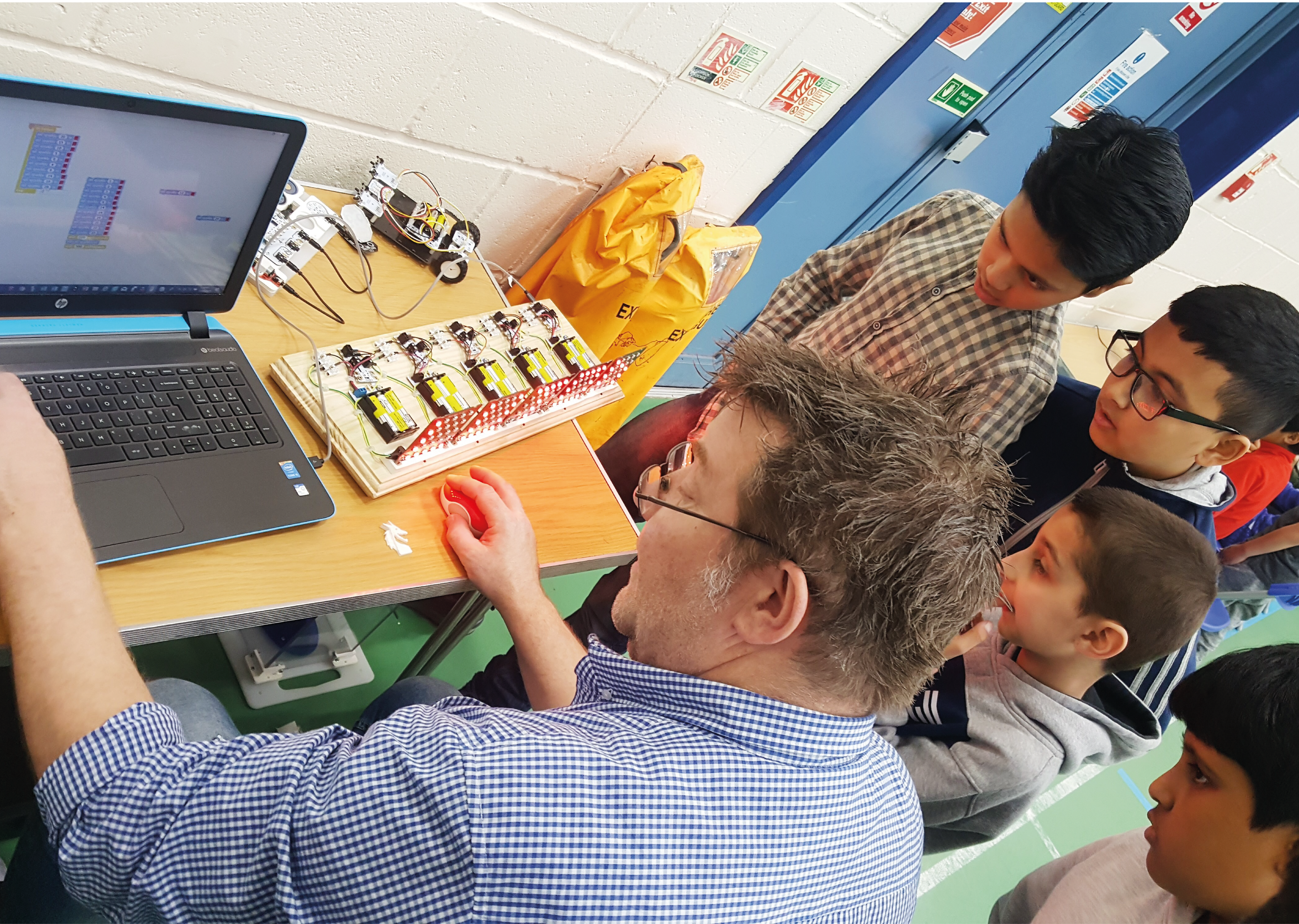 Image of Chris Love from Tech4Primary at a previouse Mad Science Club session showign kids how to code